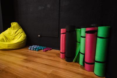 Оборудование в танцевальной студии Школа Танцев занятия для взрослых растяжка и пилатес в Озерках